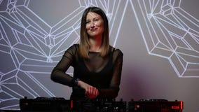 Het meisje van DJ op dekken bij de club stock footage