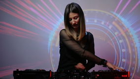 Het meisje van DJ op dekken bij de club stock video