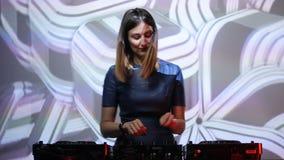 Het meisje van DJ op dekken bij de club stock videobeelden