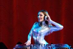 Het meisje van DJ op dekken bij de partij stock afbeeldingen