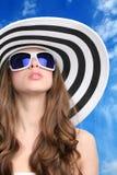 Het meisje van Glamourous in hoed en zonnebril Royalty-vrije Stock Foto