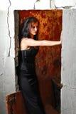 Het meisje van Goth in de deuropening Stock Foto's