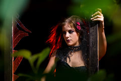 Het meisje van Goth en gebroken glas Stock Fotografie