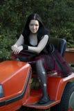 Het meisje van Goth op een tractor Stock Afbeelding