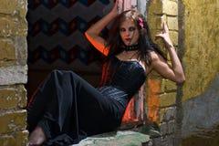 Het meisje van Goth in oude venstervensterbank Stock Foto