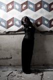 Het meisje van Goth tegen geschilderde muur royalty-vrije stock fotografie