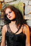 Het meisje van Goth tegen oude muur Stock Afbeelding