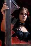 Het meisje van Goth in venster Stock Foto's