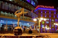 Het Meisje van het beeldhouwwerk op de bal in het landschap van de nachtstad Stock Foto's