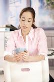 Het meisje van het bureau op koffiepauze Stock Fotografie