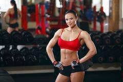 Het meisje van het geschiktheidslichaam in de gymnastiek Stock Foto's