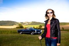 Het Meisje van het golf en een klassieke auto Stock Afbeelding