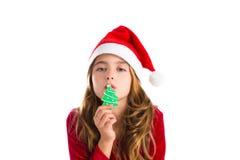 Het meisje van het Kerstmisjonge geitje het kussen het koekje van de Kerstmisboom Stock Foto