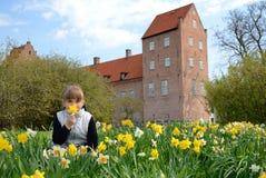 Het meisje van het kind in de lentepark royalty-vrije stock afbeeldingen