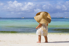 Het meisje van het kind in de zomerhoed op tropische overzeese achtergrond Stock Foto's