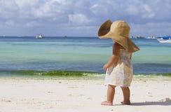Het meisje van het kind in de zomerhoed op tropische overzeese achtergrond Stock Fotografie