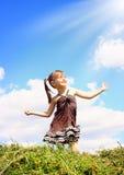 Het meisje van het kind geniet van de zonneschijn Stock Foto's