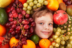 Het meisje van het kind in groep fruit. Stock Foto's