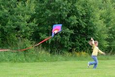Het meisje van het kind met vlieger Stock Foto