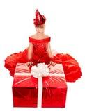 Het meisje van het kind in partijhoed en rode giftdoos. Royalty-vrije Stock Afbeeldingen