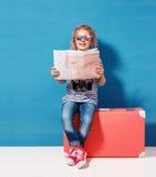 Het meisje van het kindblonde met roze uitstekende koffer en de stad brengen klaar voor de zomervakantie in kaart Reis en avontur royalty-vrije stock foto's
