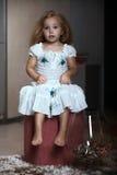 Het meisje van het kinderen` s portret in het huis, flat stock fotografie