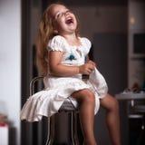 Het meisje van het kinderen` s portret in het huis, flat stock afbeelding