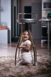 Het meisje van het kinderen` s portret in het huis, flat stock afbeeldingen