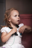 Het meisje van het kinderen` s portret in het huis, flat stock foto