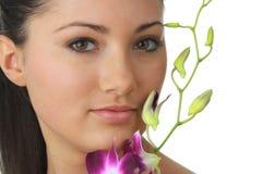 Het meisje van het kuuroord met orchideeportret royalty-vrije stock afbeelding