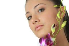 Het meisje van het kuuroord met orchideeportret Stock Foto's