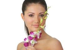 Het meisje van het kuuroord met orchideeportret Stock Afbeeldingen