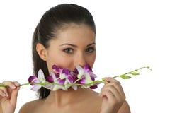 Het meisje van het kuuroord met orchideeportret Royalty-vrije Stock Afbeeldingen