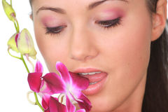 Het meisje van het kuuroord met orchideeportret Stock Fotografie