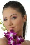 Het meisje van het kuuroord met orchideeportret Royalty-vrije Stock Fotografie