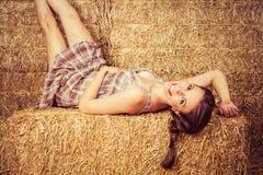 Het Meisje van het land in Hooi Royalty-vrije Stock Afbeeldingen
