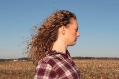 Het Meisje van het land met Blauwe Hemel Stock Afbeelding