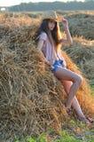Het meisje van het land op hooi Stock Afbeelding