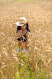 Het Meisje van het land in Wheatfield Stock Foto's