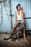 Het meisje van het landbouwbedrijf met haar hond. Stock Foto's