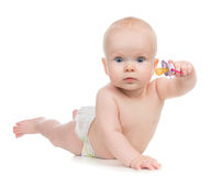 het meisje van het 6 maandkind het liggen het gelukkige uitsteeksel van de holdingsbaby soother royalty-vrije stock foto