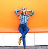 Het meisje van het manier het mooie blonde stellen over oranje achtergrond Royalty-vrije Stock Foto's