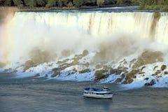 Het Meisje van het Niagara Falls van de Mist Stock Foto's