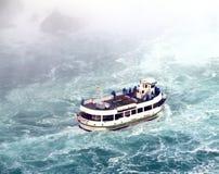 Het Meisje van het Niagara Falls van de Mist Royalty-vrije Stock Foto