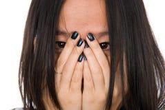 Het meisje van het portret in wanhoop sluit gezicht met handen Stock Foto