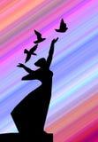 Het meisje van het silhouet met duif Royalty-vrije Stock Fotografie