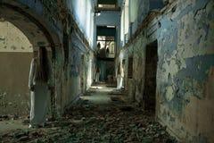 Het meisje van het spook in een verlaten gebouw stock foto's