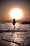 Het meisje van het strand bij zonsondergang royalty-vrije stock afbeeldingen