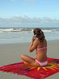 Het meisje van het strand met cellulair stock afbeelding