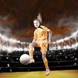 Het meisje van het voetbal stock foto's